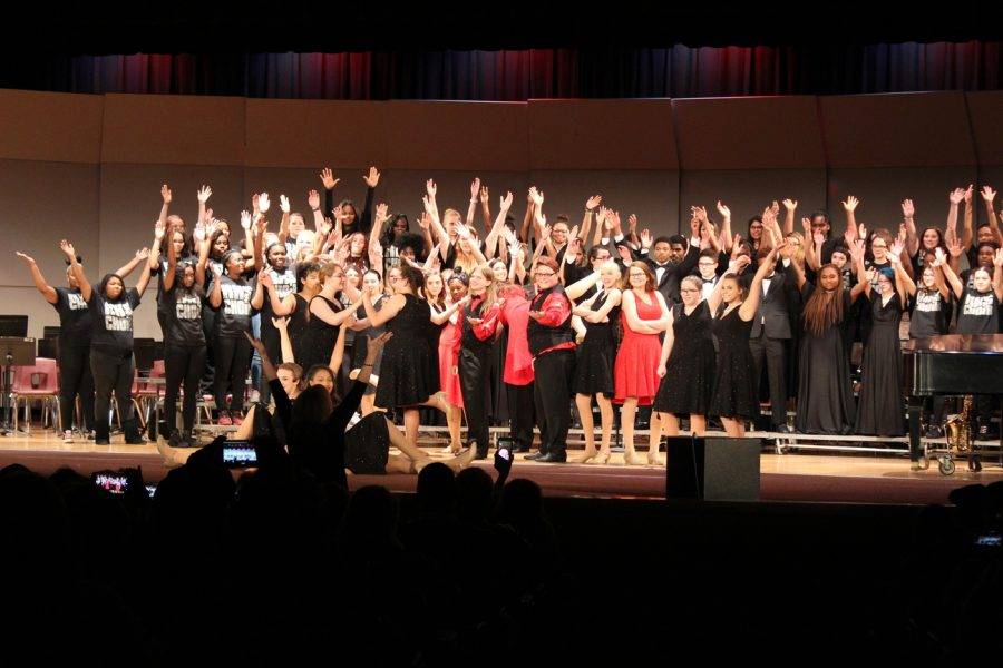 Choir+and+band+perform+in+Christmas+collage+concert