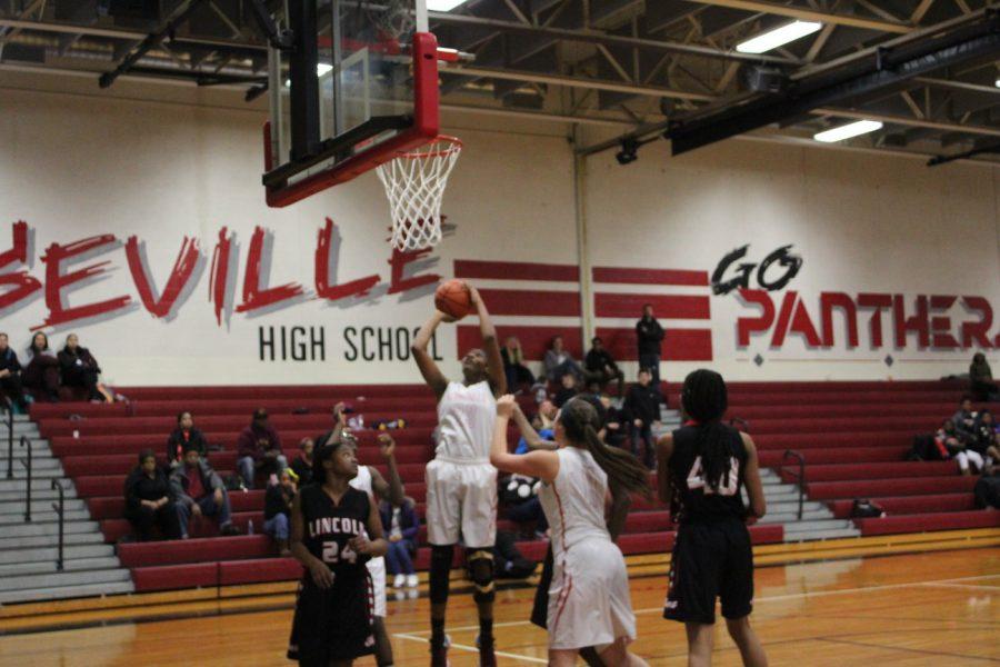 Senior+Nija+Collier+jumps+to+make+a+basket.